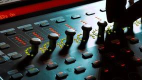 Blandande ljudsignal begreppsstudio för musik musik, teknologifolk och utrustningbegrepp - lycklig man på den blandande konsolen  stock video