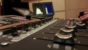 Blandande musik för solid tekniker i ljudsignal studio för stolpeproduktion arkivfilmer