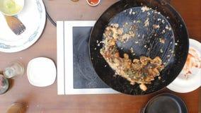 Blandande paella och skaldjur i en panna som lagar mat Arkivfoton