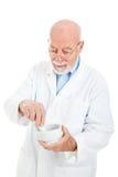 blandande pharmacist för medicin arkivbilder