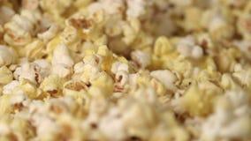 Blandande popcornmaskin för nytt varmt popcorn bakgrund som äter texturerad matmakropopcorn lager videofilmer