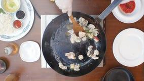 Blandande skaldjur i en panna under matlagning Arkivbilder