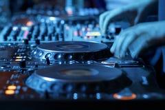 Blandande skrivbord för DJ i nattklubb Royaltyfri Fotografi