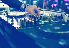 Blandande skrivbord för DJ på deltagaren Arkivbilder