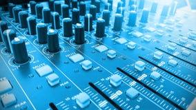 Blandande skrivbord i en musikkapacitetsshow Tonade blått arkivbild
