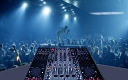 Blandande skrivbord i nattklubbparti med lightshow royaltyfria bilder