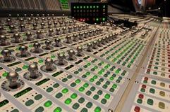 blandande stolpeproduktion för ljudsignal konsol Arkivbilder