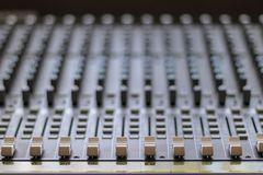 Blandande tabell med knappar och volymstyrning Musik och radiostudio royaltyfri foto