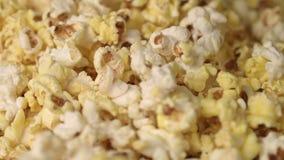 Blandande varmt popcorn i hög Slut upp av nya popcornflingor Poppa upp popcorn arkivfilmer