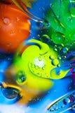 Blandande vatten och olja p? en h?rlig lutning f?r f?rgabstrakt begreppbakgrund klumpa ihop sig cirklar och ovals arkivfoton
