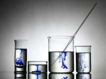 Blandande vikter i labware Fotografering för Bildbyråer