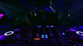 Blandare för musikkontrollantdiscjockey i en nattklubb på ett parti lager videofilmer