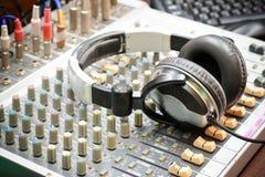 Blandare och headphone Arkivfoto