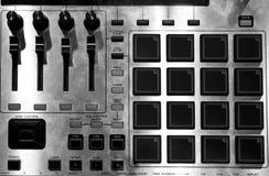 Blandarekontrollbord som används av discjockeyn arkivfoton