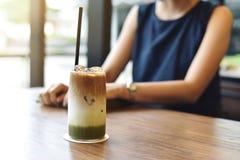 Blandat av matchate och latteiskaffe arkivbild