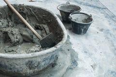 Blandat cement i behållaren med hjälpmedlet Royaltyfria Foton