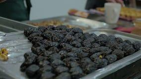 Blandat etnicitetlag av yrkesmässiga kockar som förbereder och lagar mat mat i ett kommersiellt kök stock video
