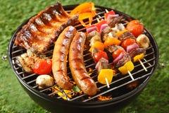 Blandat grillat kött på en sommargrillfest royaltyfri fotografi