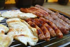 Blandat grillat kött på ett grillfestgaller Royaltyfri Bild