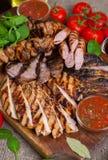 Blandat grillat köttuppläggningsfat Blandat läckert grillat kött med grönsaken Arkivbilder
