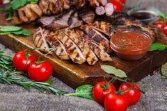Blandat grillat köttuppläggningsfat Blandat läckert grillat kött med grönsaken Arkivbild
