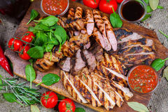 Blandat grillat köttuppläggningsfat Blandat läckert grillat kött med grönsaken Royaltyfria Foton