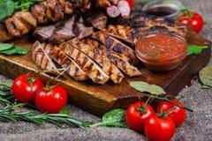 Blandat grillat köttuppläggningsfat Blandat läckert grillat kött med grönsaken Royaltyfri Fotografi