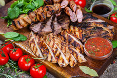Blandat grillat köttuppläggningsfat Blandat läckert grillat kött med grönsaken Royaltyfri Foto