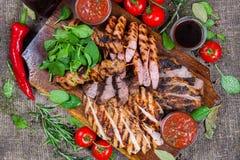 Blandat grillat köttuppläggningsfat Blandat läckert grillat kött med grönsaken Arkivfoton