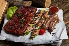 Blandat grillat köttuppläggningsfat Blandat läckert grillat kött med grönsaken Arkivfoto