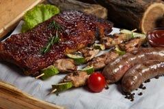 Blandat grillat köttuppläggningsfat Blandat läckert grillat kött med grönsaken Royaltyfri Bild