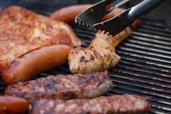 Blandat kött från höna och griskött och korvar på grillfest grillar Royaltyfri Bild