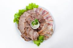 Blandat kött med bacon, skinka och grönsallat Arkivfoto