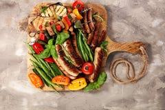 Blandat läckert grillat kött med grönsaken på en grillfest Shish grillat griskött eller kebab på steknålar med grönsaker Mat arkivfoto