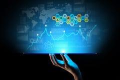 Blandat massmedia, analytics för affärsintelligens Symboler, grafer och diagram på den faktiska skärmen Investering- och handelbe stock illustrationer