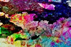 Blandat massmedia konstverk, abstrakt färgrikt konstnärligt målat lager i blå, grön, gul purpurfärgad färgpalett på svarta sprick arkivfoto