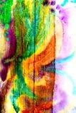 Blandat massmedia konstverk, abstrakt färgrikt konstnärligt målat lager i grön gul färgpalett på grungeträplankatextur arkivfoton