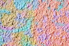 Blandat massmedia konstverk, abstrakt färgrikt konstnärligt målat lager i rosa, blå gul färgpalett på dekorativ murbruk för grung royaltyfria foton