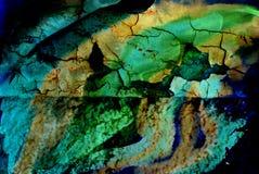 Blandat massmedia konstverk, abstrakt färgrikt konstnärligt målat lager i turkos, gröna, gula blåa band för färgpalett arkivbild