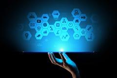 Blandat massmedia, symboler för affärsintelligens på den faktiska skärmen, analys och stora data - bearbeta instrumentbrädan royaltyfri illustrationer