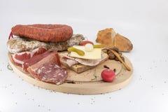 Blandat träuppläggningsfat av smörgåsdelikatessaffär och olika korvar arkivfoton