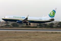 Blanden färgar Transavia 737 landning Arkivbild