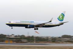 Blanden färgar Transavia 737 landning Arkivfoton