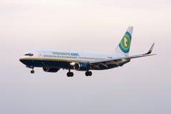 Blanden färgar Transavia 737 landning Fotografering för Bildbyråer