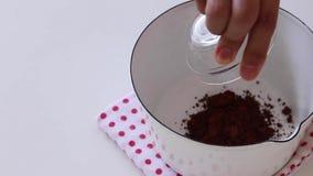 Blandning av chokladglasyren Laga mat kakan arkivbild