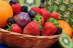 Blandning av frukter på korg på tabellen royaltyfria bilder