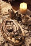 Blandning av gamla silver och bronsmaträtt och statyetter Royaltyfria Bilder