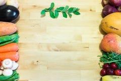 Blandning av grönsaker och frukter fotografering för bildbyråer