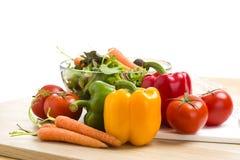 Blandning av grönsaker på sallad Fotografering för Bildbyråer