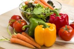Blandning av grönsaker på sallad Arkivbild